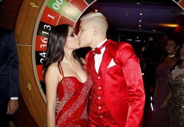 Mc Gui beija a namorada, luiza Cioni (Foto: Celso Tavares/EGO)