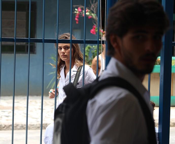 Olha a Alina espiando lá atrás (Foto: Bruno Cavalieri/Gshow)