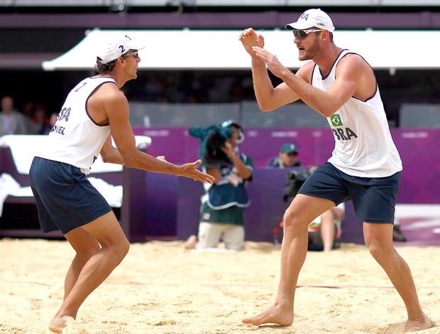 Emanuel e Alison comemoram no vôlei de praia em Londres (Foto: Reuters)