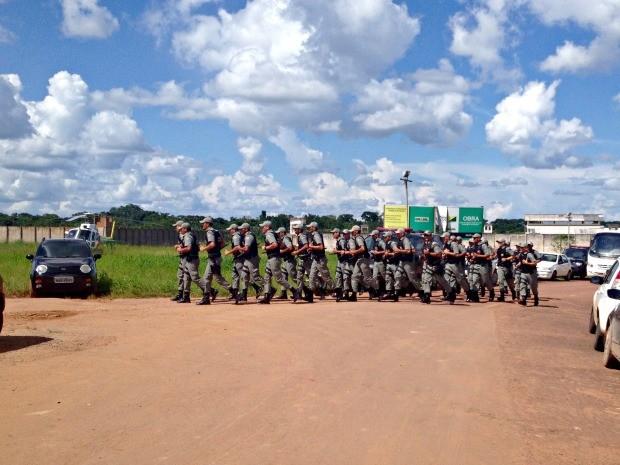 Policiais militares saindo do presídio após princípio de motim seja contido (Foto: Iryá Rodrigues/G1)