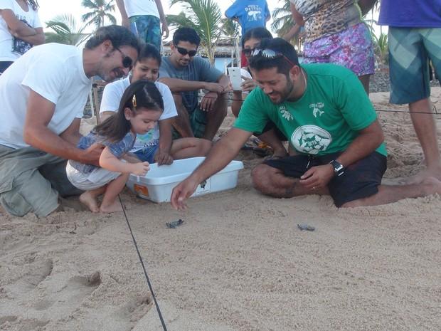 Crianças ajudaram biólogos na soltura das tartarugas-de-pente (Foto: Karina Dantas/G1)