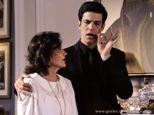 Félix adora ganhar uma aliada na sogrinha (Foto: Amor à Vida/ TV Globo)
