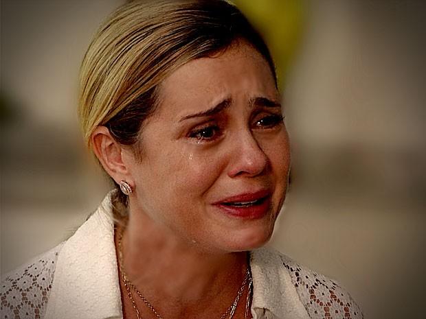 Atriz, Carminham se derrama em lágrimas para comover a sogra (Foto: Avenida Brasil / TV Globo)