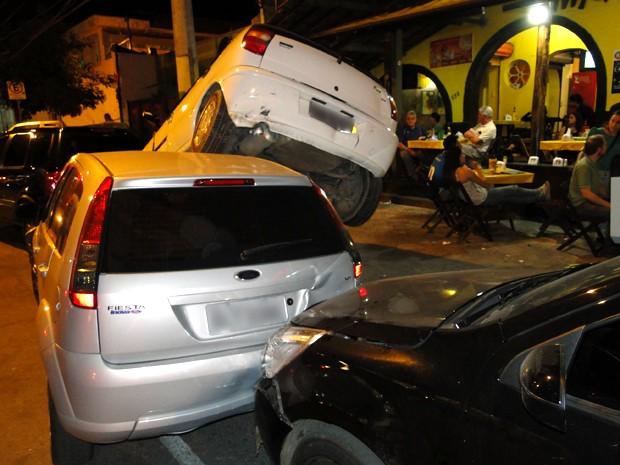 Um dos carros atingidos foi parar sobre outro veículo (Foto: Humberto Trajano / G1)