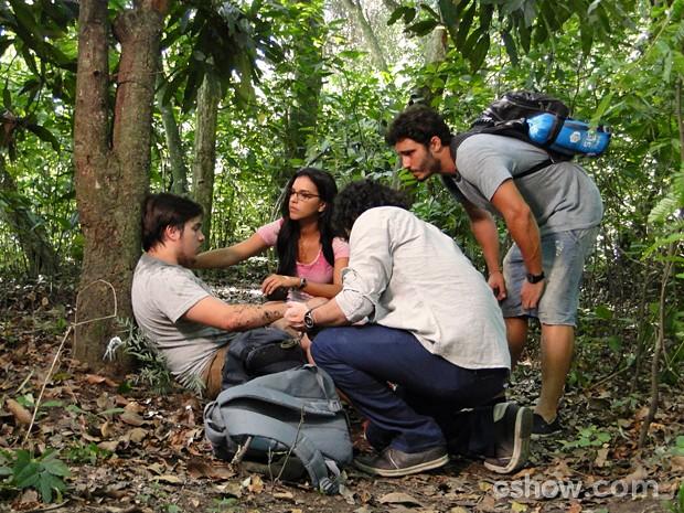 William descobre que Guto comeu frutos venenosos (Foto: Além do Horizonte/TV Globo)