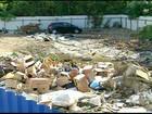 Ponto de entrega de entulho acumula lixo, água e sujeira, em Campos, RJ