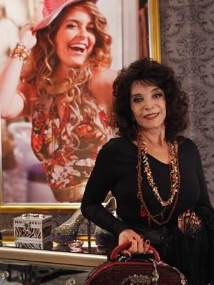 Lady Francisco é a vidente Madame Kastrup (Foto: Cheias de Charme / TV Globo)