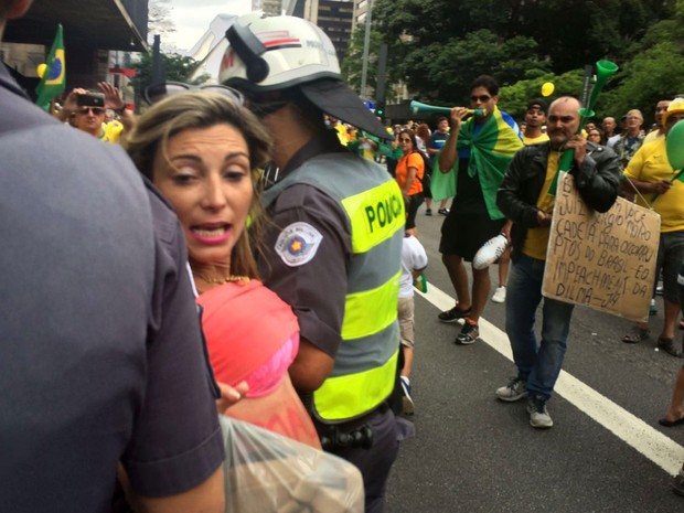 Mulher é detida pela Polícia Militar após princípio de confusão na Avenida Paulista durante protesto contra o governo Dilma (Foto: Gabriela Gonçalves/G1)