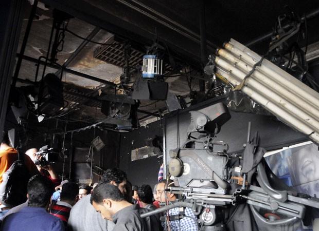Estúdio da Al-Jazeera foi incendiado em protesto no Cairo (Foto: AP)