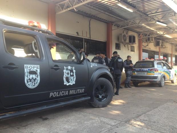 Suspeitos baleados foram levados para o HE pelo Bope (Foto: John Pacheco/G1)