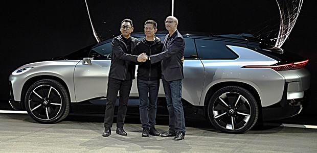 Vice-President Richard Kim, CEO YT Jia e Vice-Presidente Senior Nick Sampson na revelação do Faraday Future FF 91 (Foto: Ethan Miller/Getty Images)