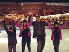 Carla Perez e Xanddy patinam no gelo com os filhos