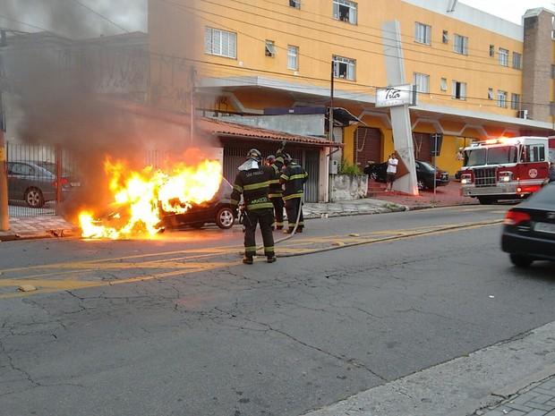 Carro pegou fogo na manhã deste sábado (20) no Alto do Ipiranga em Mogi das Cruzes (Foto: Juvenal Soares / TV Diário)