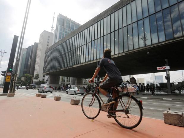 Ciclista pedala na futura ciclovia da Paulista em frente ao MASP (Foto: Nelson Antoine/Frame/Estadão Conteudo)