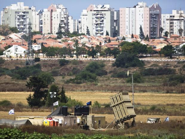 Bateria anti-área foi posicionada em Israel, próxima à fronteira com a Faixa de Gaza (Foto: Amir Cohen/Reuters)