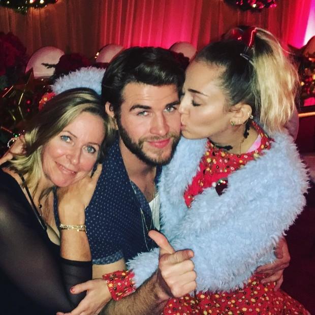 Liam Hemsworth posa ao lado da mãe e de Miley Cyrus (Foto: Reprodução/Instagram)