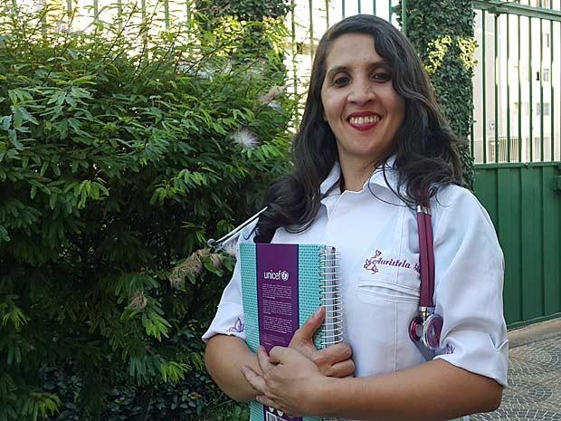 Auristela Viana, jovem de Brasília que nasceu sem língua e virou auxiliar de enfermagem (Foto: Raquel Morais/G1)
