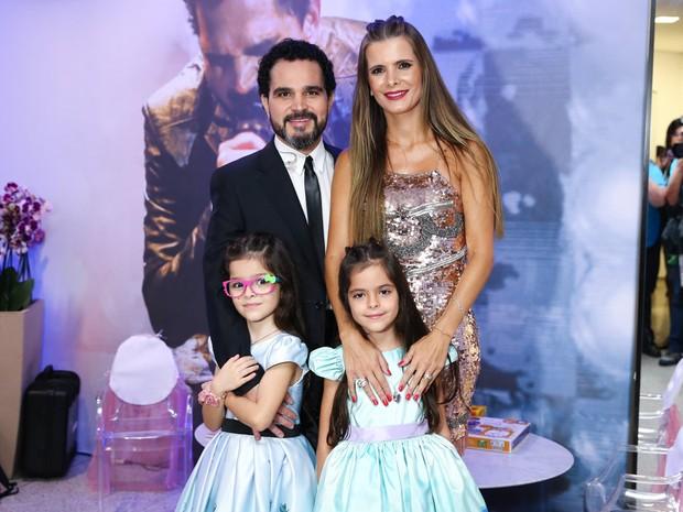 Luciano com a mulher, Flávia Fonseca, e as filhas, Isabella e Helena, em show em São Paulo (Foto: Manuela Scarpa/ Brazil News)
