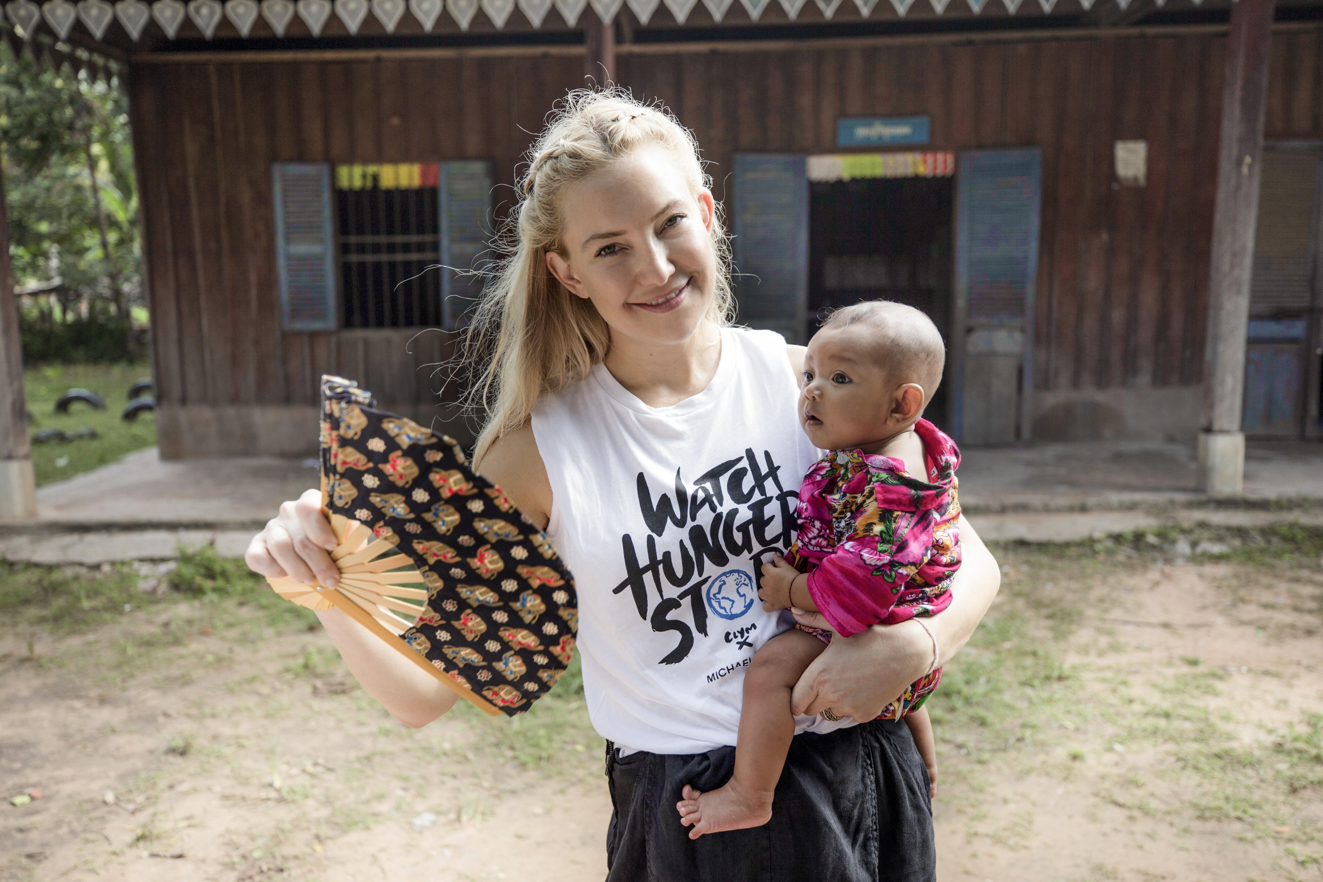 Kate Hudson visita Camboja na campanha Watch Hunger Stop (Foto: Divulgação)
