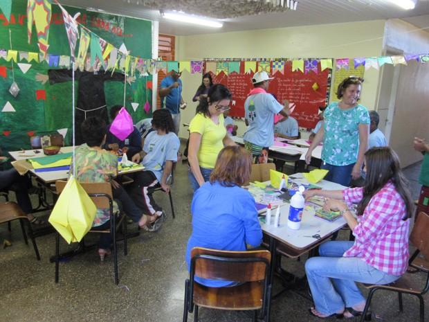 Alunos recortam bandeirinhas em escola para moradores de rua (Foto: Isabella Formiga/G1)
