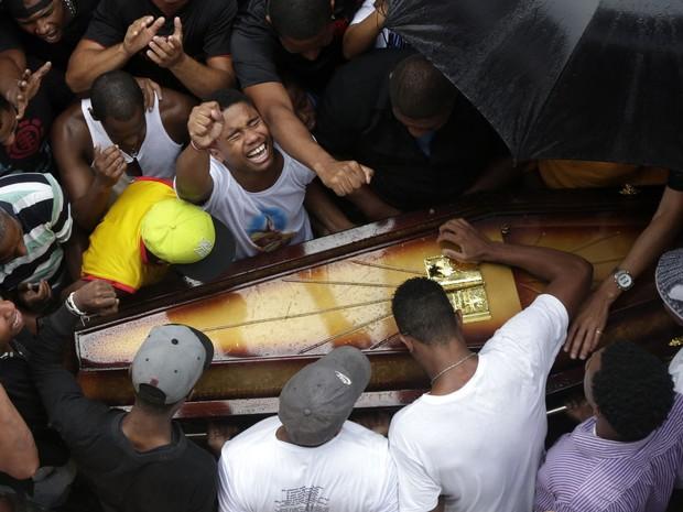 Enterro de dançarino foi marcado por emoção de amigos e parentes (Foto: Ricardo Moraes / Reuters)