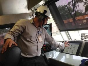 Operador faz demonstração de como a esmerilhadora obedece a comandos do painel (Foto: Ricardo Welbert/G1)