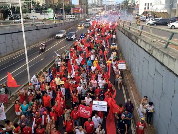 Grupo caminha pela BR-101, em Natal, em ato a favor da presidente Dilma (Foto: Renato Vasconcelos/G1)