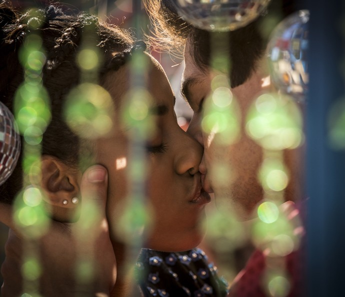 Sophie e Lucas se beijam (Foto: Inácio Moraes/ Gshow)