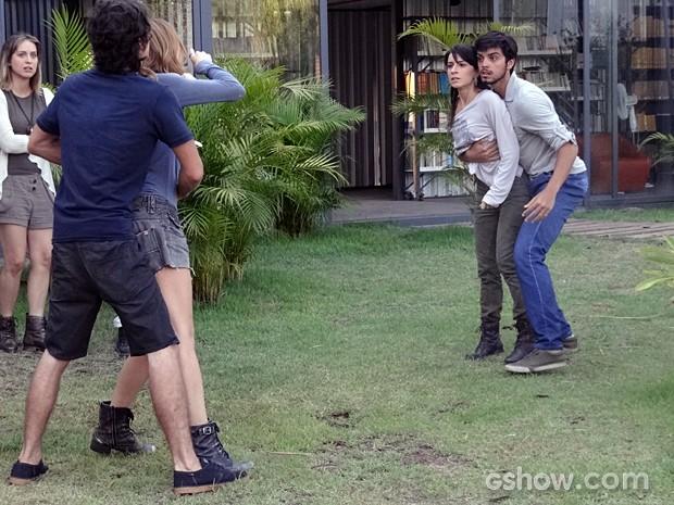 Joana lembra o que aconteceu na mata e ataca Paulinha (Foto: Além do Horizonte/TV Globo)
