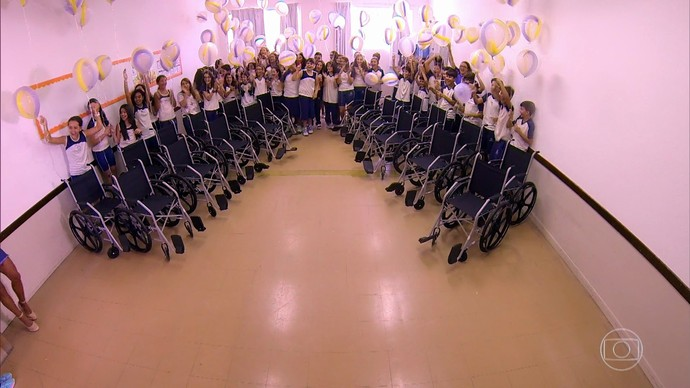 Surpresa para a Julia Macedo foi emocionante! (Foto: TV Globo)
