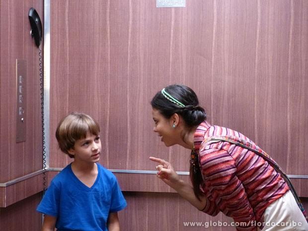 Amaralina explora elevador com de Dionísio com Samuca (Foto: Flor do Caribe / TV Globo)