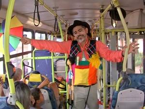 Atores encenam peças em ônibus coletivos e em praças  (Foto: Reprodução/TVCA)