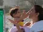 Deborah Secco posta foto fofa com a filha Maria Flor: 'Dispensa legenda'
