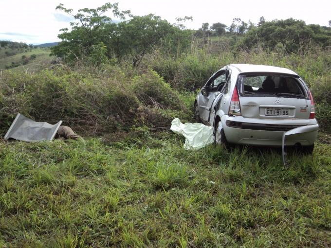 Outro veículo envolvido no acidente foi parar em um matagal (Foto: Glaudson Rodrigues/Últimas Notícias)
