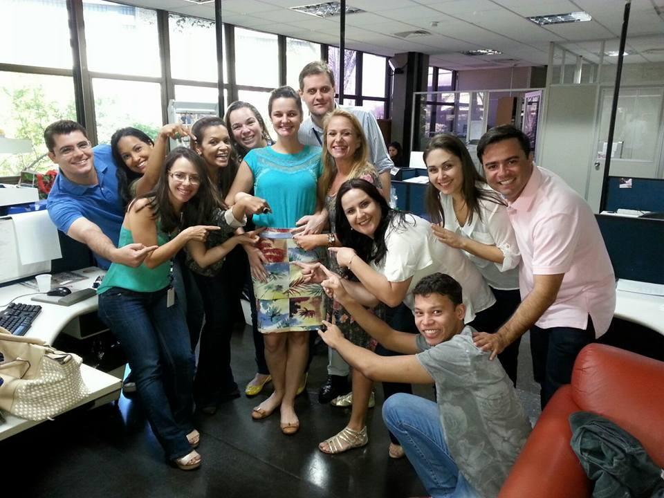 Sayonara Brandão sendo mimada pelos amigos da redação (Foto: Arquivo Pessoal)