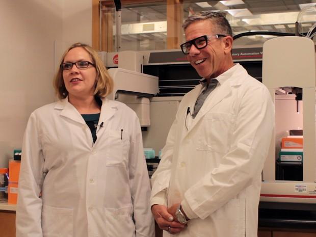 Angela Rasmussen e Michael Katze no laboratório de microbiologia da Universidade de Washington (Foto: Brian Donohue/Divulgação)
