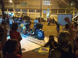 Manifestantes se concentraram na Praça Alencastro, em Cuiabá (Foto: Renê Dióz/G1)