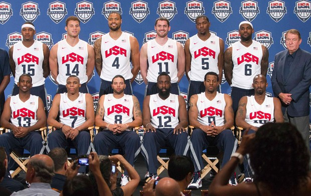 Basquete EUa Carmelo Anthony, Blake Griffin, Tyson Chandler, Kevin Love, Kevin Durant and LeBron James. Front row (L - R) Chris Paul, Russell Westbrook, Deron Williams, James Harden, Andre Iguodala and Kobe Bryant. olimpiadas (Foto: Agência Reuters)