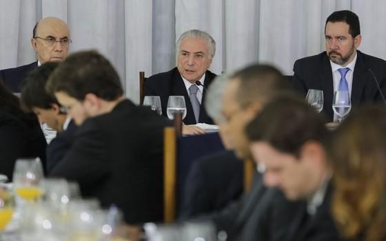 O presidente Michel Temer, acompanhado dos ministros Henrique Meirelles, da Fazenda, e Dyogo Oliveira, do Planejamento, recebe jornalistas durante café da manhã no Palácio da Alvorada (Foto: Marcos Corrêa/PR)