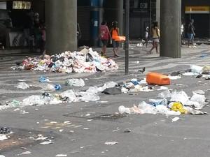Lixo acumulado na Avenida Presidente Vargas (Foto: Alessandra Pontes)