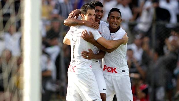 Martinez comemora gol do Corinthians sobre o Atlético-GO (Foto: Ueslei Marcelino / Reuters)