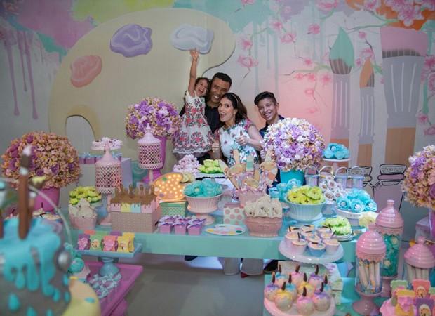 Aline Barros celebra aniversário da filha, Maria Catherine, ao lado do marido, Gilmar Santos, e do filho mais velho, Nicolas (Foto: Rafael Barros)