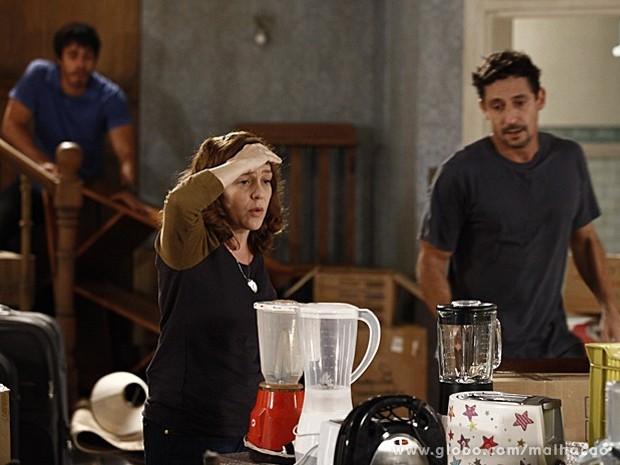 Vera tenta arrumar a bagunça da casa nova (Foto: Malhação / TV Globo)