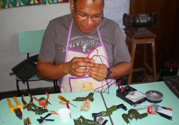 Voluntário participa de reunião do Café Conserto em Santos, SP (Foto: Divulgação/Andes)