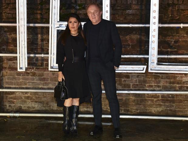 Salma Hayek e o marido, Francois-Henri Pinault, em evento de moda em Londres, na Inglaterra (Foto: Ben Stansall/ AFP)