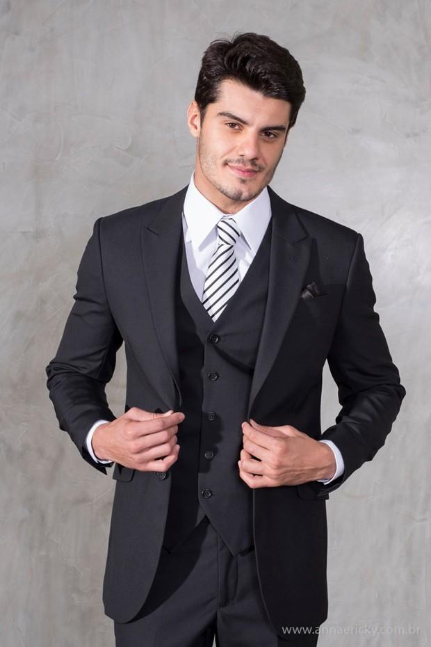 A dica é dar atenção aos detalhes na hora de criar um look, mesmo que clássico, com um toque atual. Deixe a gravata tradicional preta dentro da gaveta e escolha uma de listras para modernizar o visual noturno. (Foto: Annaericky)