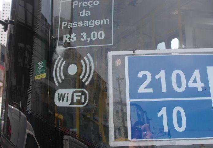 Os ônibus com internet possui uma indicação de Wi-Fi no vidro frontal (Foto: Pedro Zambarda/TechTudo)