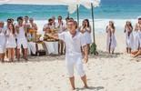 Luciano Huck e equipe do 'Caldeirão' gravam mensagem de fim de ano na praia