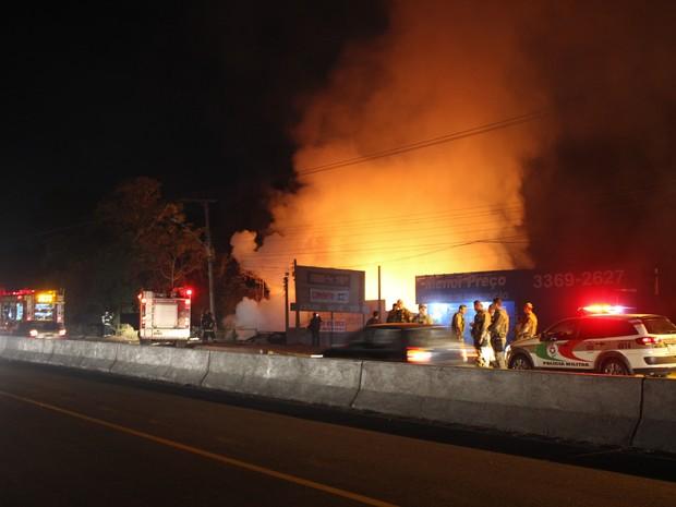 Diversos caminhões do Corpo de Bombeiros foram acionados para combater às chamas (Foto: Ricardo Ghisi Tobaldini/Divulgação)