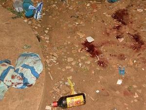 Grupo de usuários estava na rua quando foi atingido por disparos (Foto: Fernando Luiz/Comando 190)